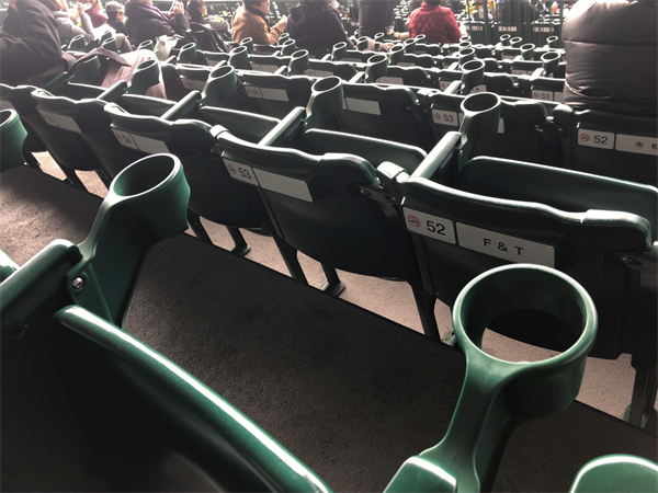 野球場の狭い座席